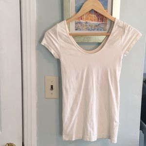 BCBGMAXAZRIA off-white scoop neck stretchy T.